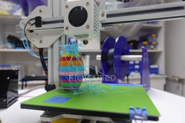 Gros plan de l'impression 3d de panne d'imprimante en atelier. — Photo de stock