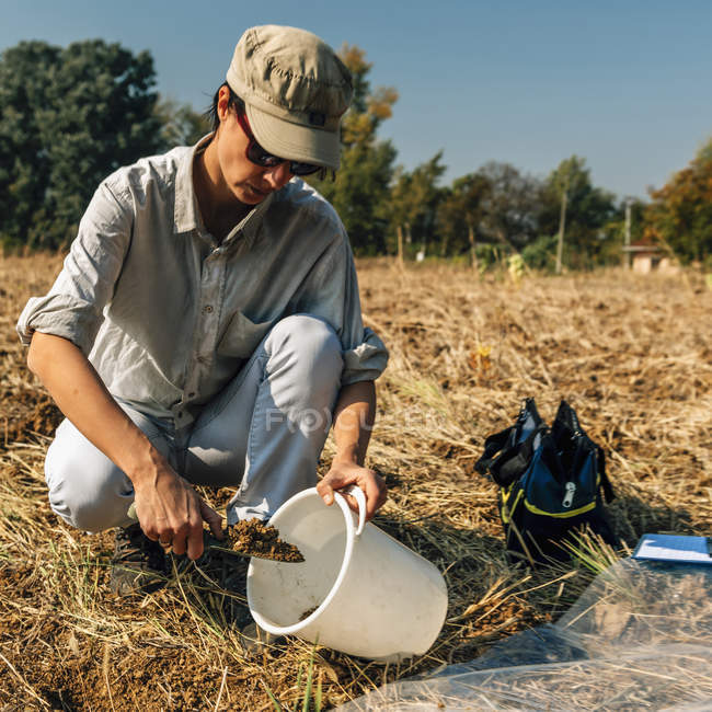Agronomy specialist taking soil sample for fertility analysis. — Stock Photo
