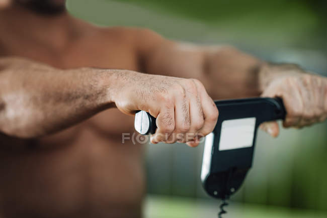 Male athlete measuring body composition with digital scale. — Foto stock