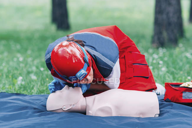 Treinamento de RCP paramédica feminina em atividades ao ar livre fictícias . — Fotografia de Stock