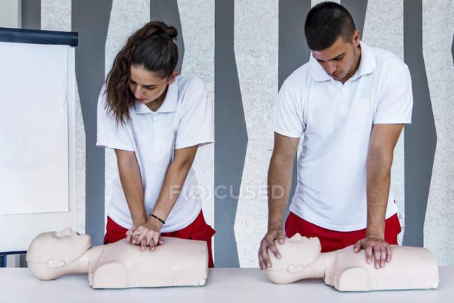 Класс КПР с инструментами для оказания первой помощи, компрессии и реанимации . — стоковое фото