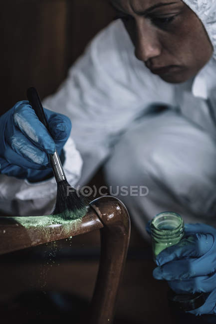 Forensics expert dusting for fingerprints at crime scene. — Stock Photo