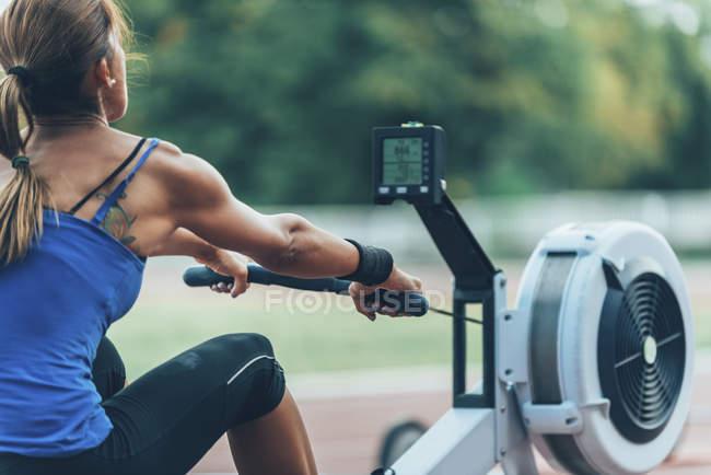 Взгляд сзади на женщин-тяжелоатлетов, принимающих участие в соревнованиях по гребной технике . — стоковое фото
