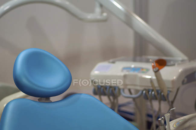 Gros plan de la chaise de dentiste bleue vide dans la clinique médicale . — Photo de stock