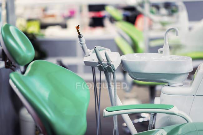Matériel de clinique dentaire, chaise, évier et console en clinique. — Photo de stock