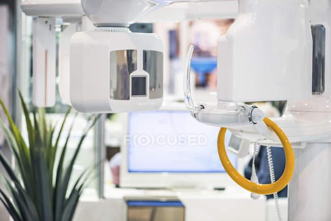 Appareils de radiographie dentaire dans une clinique dentaire professionnelle . — Photo de stock