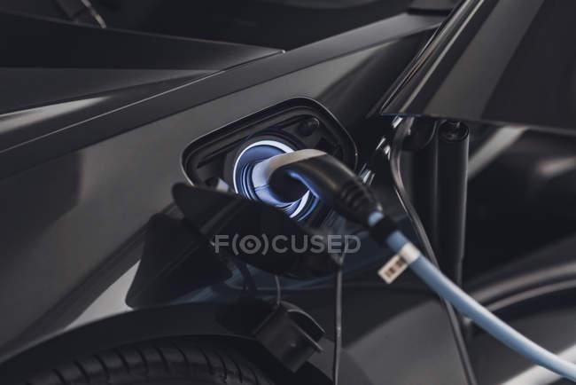 Chargement de voiture électrique avec câble à la station-service . — Photo de stock