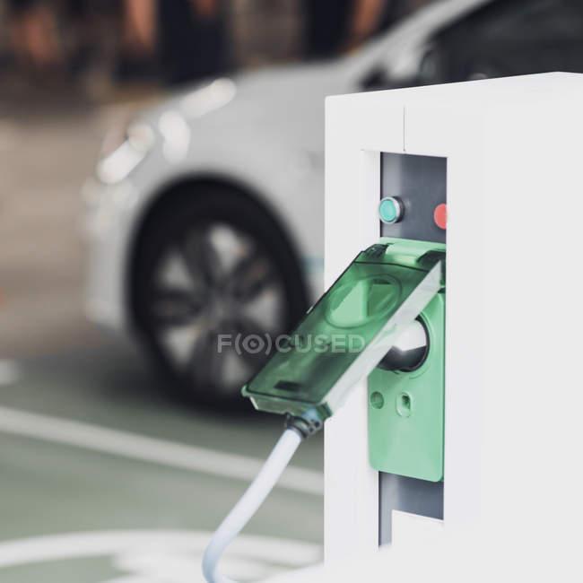 Gros plan du dispositif de la station de recharge du véhicule électrique et du câble de la voiture . — Photo de stock
