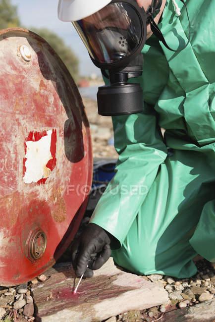 Inspecteur de contrôle de la pollution prenant l'échantillon du produit chimique fuite. — Photo de stock