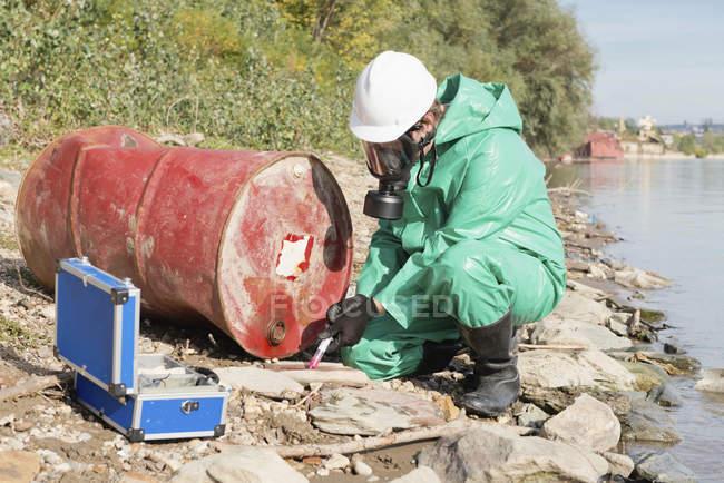 Inspecteur de contrôle de la pollution prenant l'échantillon au site de pollution. — Photo de stock