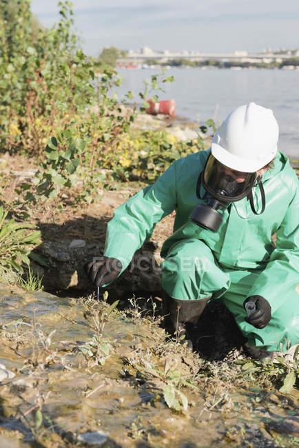 Inspecteur de contrôle de la pollution prenant l'échantillon du sol au site de pollution — Photo de stock