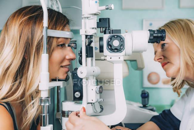 Patient unterzieht sich Applanationstonometrie und Augendrucktest in Augenklinik. — Stockfoto