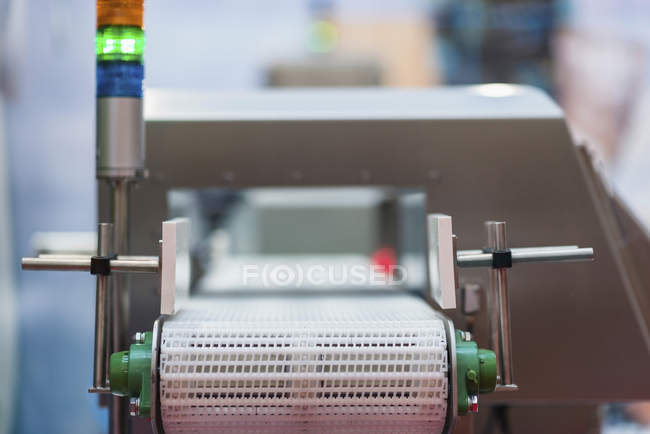 Металлодетектор для контроля качества в пищевой промышленности . — стоковое фото