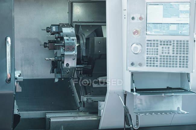 Автоматический токарный станок с ЧПУ с пультом управления . — стоковое фото