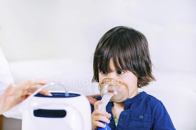 Vorschuljunge mit Inhalatormaske mit Hilfe von Krankenschwester. — Stockfoto