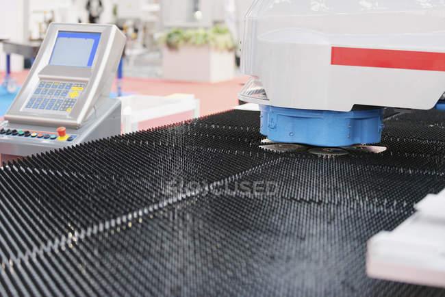 Автоматизований штампування металу та різальної машини з панелі керування. — стокове фото