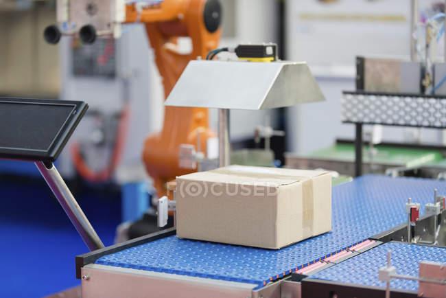 Компьютерная производственная линия с коробкой на заводе . — стоковое фото