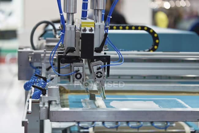 Machine d'impression d'écran en soie dans l'usine d'impression. — Photo de stock