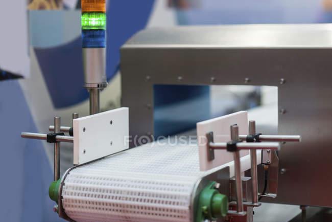 Металлодетектор транспортер для контроля качества в пищевой промышленности . — стоковое фото