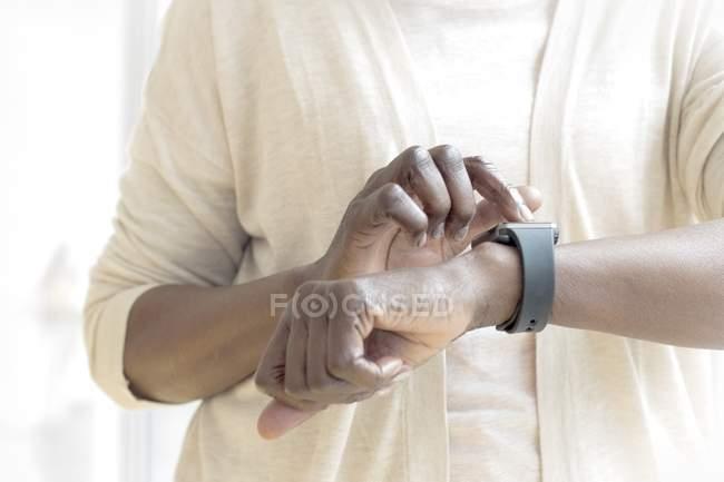 Средняя часть зрелой женщины в фитнес-часах . — стоковое фото