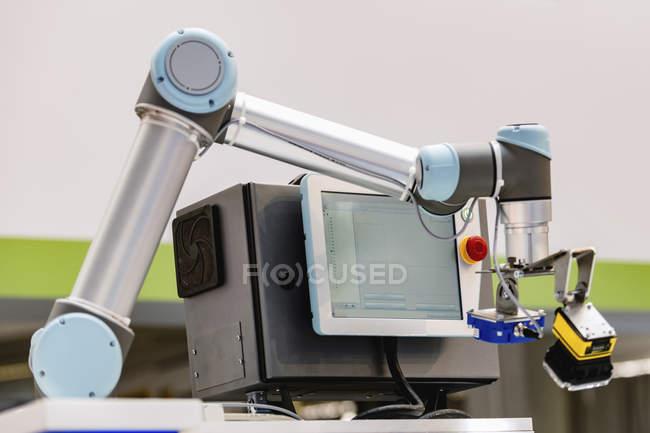 Braço robótico industrial em instalações industriais modernas . — Fotografia de Stock