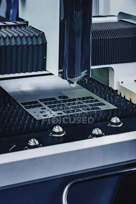 CNC-Laserkopf der Blechschneidemaschine in moderner Industrieanlage. — Stockfoto