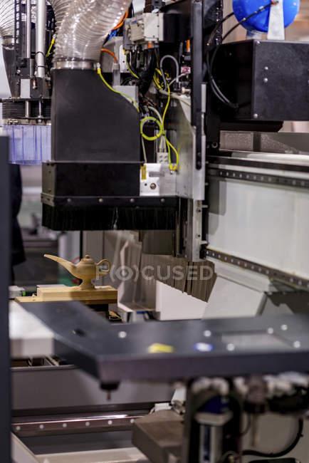 CNC-Holzbearbeitungsmaschine in modernen Industrieanlagen. — Stockfoto