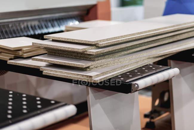 Machine de menuiserie cnc dans l'installation industrielle moderne. — Photo de stock