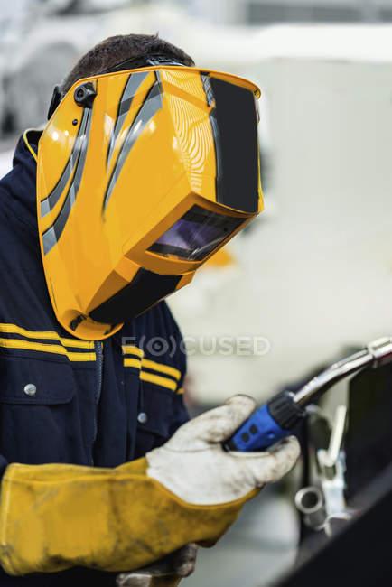Schweißer mit Schutzmaske Schweißen von Metall in modernen Industrieanlagen. — Stockfoto