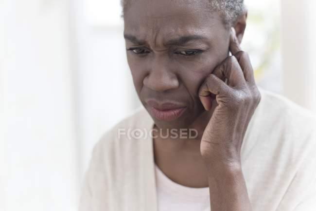 Mujer madura con dolor de oído, primer plano . - foto de stock