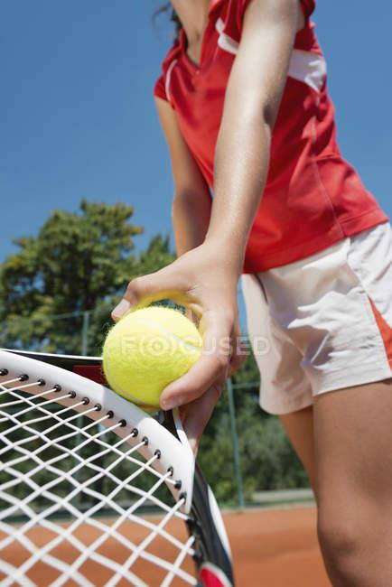 Jogadora de tênis que serve bola no campo . — Fotografia de Stock