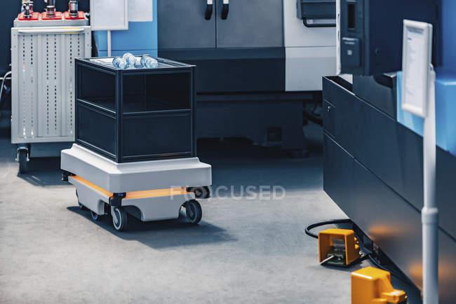 Robot industriale mobile per il trasporto interno in impianti industriali moderni . — Foto stock
