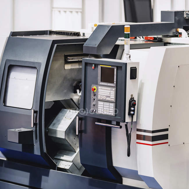 Machine CNC dans une installation industrielle moderne . — Photo de stock