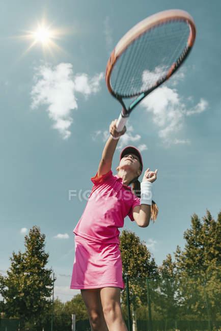 Tiefblick auf Teenager, die Tennis auf dem Platz praktizieren. — Stockfoto