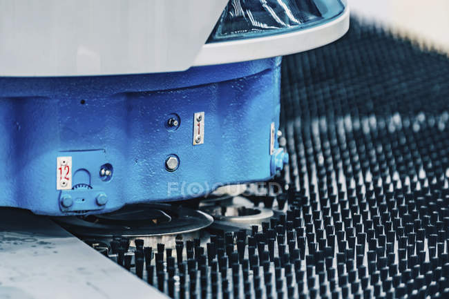 Punzonatrice a tecnologia ibrida Flex in un moderno impianto industriale . — Foto stock