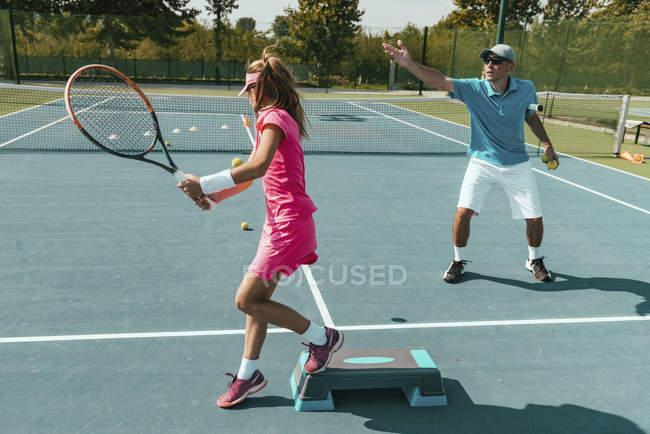 Treinamento de instrutor de tênis adolescente no verão . — Fotografia de Stock