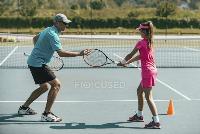 Instrutor de tênis formação adolescente na quadra de tênis . — Fotografia de Stock