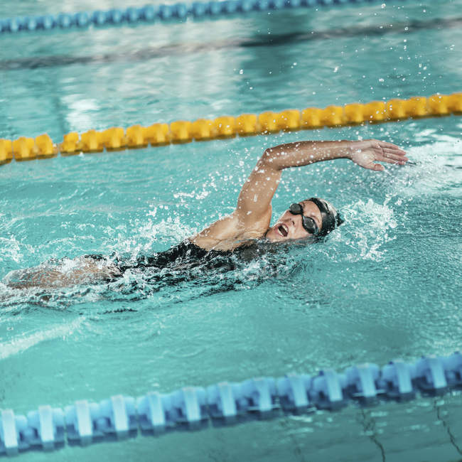 Front crawl swimmer practicing in swimming pool. — Stock Photo