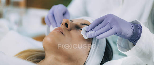 Female patient undergoing keratin lash lift procedure in beauty salon. — стоковое фото