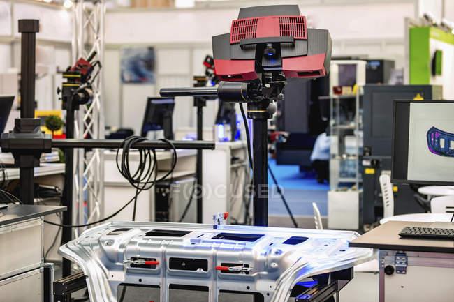 Потрійне сканування, синій-світло 3D сканера в сучасному промисловому об'єкті. — стокове фото