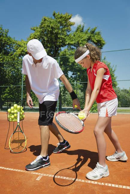Instrutor de tênis explicando o serviço em detalhes . — Fotografia de Stock