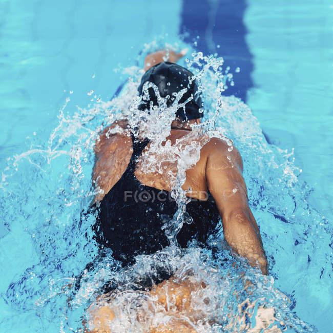Vue arrière du nageur à rampement avant dans la piscine . — Photo de stock