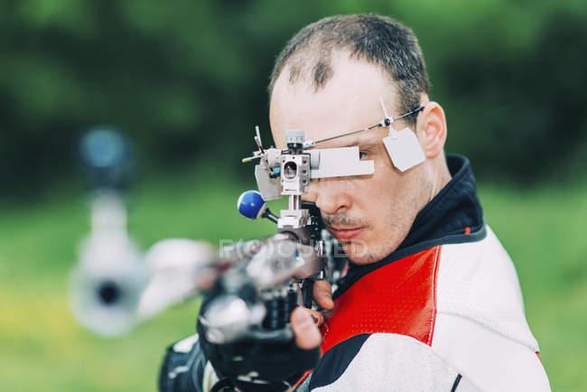 Взрослый мужчина практикует стрельбу из спортивной винтовки . — стоковое фото