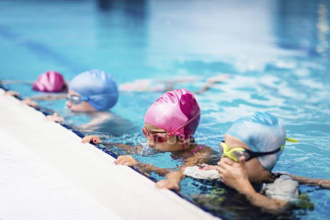 Дети в классе плавания решений пузыри в общественном бассейне. — стоковое фото