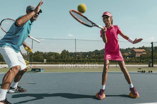 Istruttore di tennis formazione ragazza adolescente in estate . — Foto stock