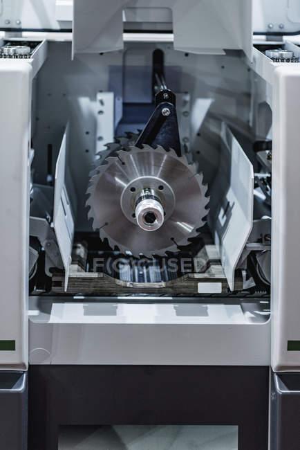 Рип-пильный станок на современном промышленном объекте . — стоковое фото