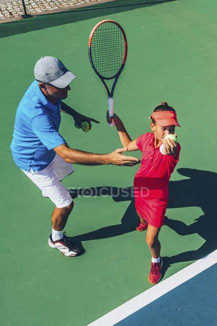 Теннисист-подросток, практикующий с инструктором по теннису . — стоковое фото
