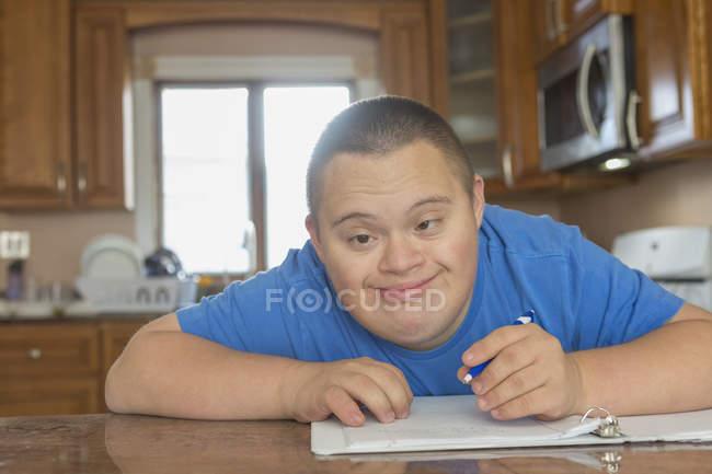 Teenager mit Down-Syndrom studiert. — Stockfoto