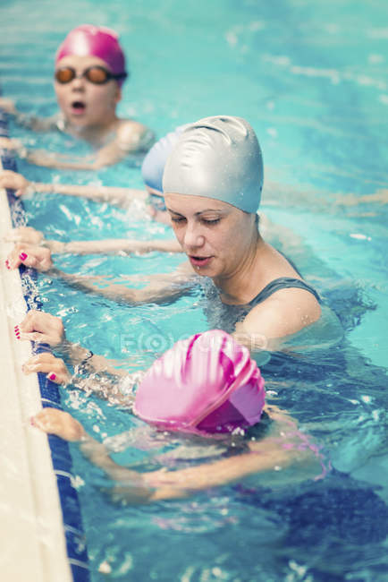 Kids practicing breathing with female instructor in swimming pool. — Stock Photo