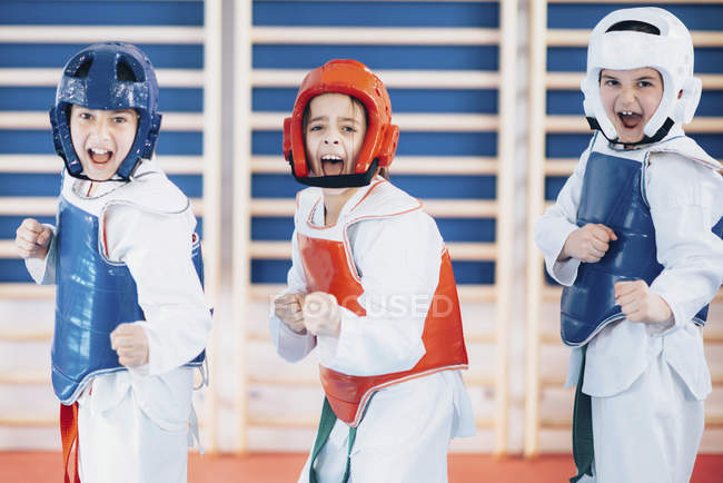 Crianças em Taekwondo posição de luta . — Fotografia de Stock
